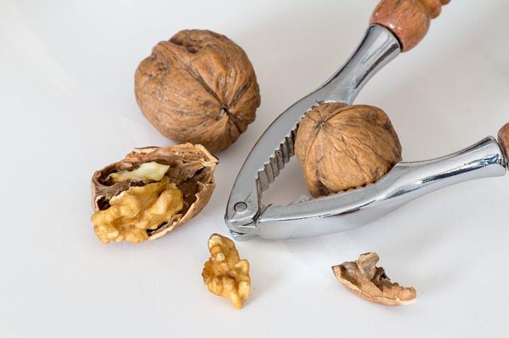 Чистка грецких орехов